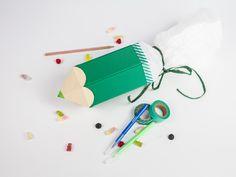 Kostenlose Anleitung: Schultüte in Form von Buntstiften basteln / free diy tutorial: how to craft a bag for the first day of school via DaWanda.com