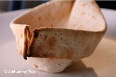 Op A Mummy Too staat dit stoere broodbootje.   Het is gemaakt van plat brood dat alleen nog afgebakken hoeft te worden. Iets van roti, tor...