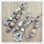 Schlüsselanhänger aus Zement-Beads, Holz, Keramik und Glas mit Leder gebunden. 18 Fr.