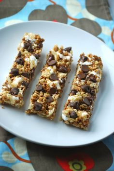 As promised, here are the granola bars that I made with the Applesauce Granola that I posted last week.  I always used to love getting the Quaker Chewy Granola bars and the S'mores were always my favorite, so when I came across a recipe for a homemade version I knew I had to try them! …