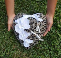 Porte Alliances Coeur de rotin et Orchidées blanches mariage mariée