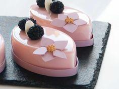 Découvrez nos jolies photos de desserts et entremets à glaçage miroir et déléctez-vous des jolies couleurs et formes des délices