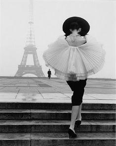 things i love: dreaming of paris Vintage Vogue - Audrey et la tour eiffel Dior Vintage, Vogue Vintage, Vintage Fashion 1950s, Vintage Black, Vintage Paris, Vintage Style, Vintage Ballet, Vintage Models, Edwardian Fashion