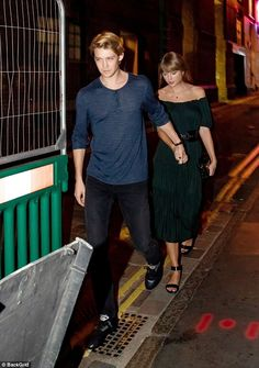 The Bad Blood singer, delighted in some down time as she enjoyed a romantic date night with her beau Joe Alwyn in Covent Garden's Hawksmoor restaurant in London on Wednesday. Estilo Taylor Swift, Long Live Taylor Swift, Taylor Swift Concert, Taylor Swift Quotes, Taylor Swift Pictures, Taylor Alison Swift, Joe Taylor, Famous Couples, Bad Blood
