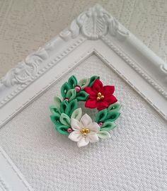 手染めのシルク羽二重のつまみ細工で作った、クリスマスリースの帯留め兼用ブローチです。サイズは4cmです。和装でのクリスマスパーティーにもいかがでしょうか。3枚目の写真はギフトラッピング(100円)のイメージです。