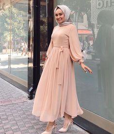 Fashion Tips 101 Flowy summer maxi dresses for hijabi girls Hijab Prom Dress, Hijab Evening Dress, Hijab Style Dress, Muslim Dress, Modern Hijab Fashion, Hijab Fashion Inspiration, Muslim Fashion, Mode Inspiration, Abaya Fashion