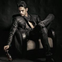 Men's leather jackets really are a very important part of each and every man's set of clothing. Men have to have outdoor jackets for a number of situations as well as some weather conditions. Photo Of Men's Jacket. Brown Leather Jacket Men, Classic Leather Jacket, Lambskin Leather Jacket, Vintage Leather Jacket, Leather Men, Leather Jackets, Revival Clothing, Photography Poses For Men, The Right Man