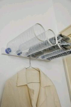 Turn plastic bottles into wall-mounted storage. Use small screws to attach the caps to a piece of scrap wood. Cut off the bottle bottoms and place tape around the cut area to cover (Pet Diy Ideas) Plastic Bottle Crafts, Plastic Bottles, Water Bottles, Recycled Crafts, Diy Crafts, Recycled Materials, Pet Bottle, Bottle Caps, Trash To Treasure