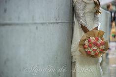 """Bouquet de rosas y frutas.""""RosRamos"""" frutales, en tonos melocotones, tonos champagne y suaves rosados y vainillas. Nos recuerda el suave Otoño aún Calido, la calma, la elegancia y belleza del romanticismo campestre detalles mágicos que desean las novias y que intentamos plasmar en nuestras creaciones, para que puedan estar por siempre jamás a tú lado. algodondeluna@gma... o 606619349 Fotografía: Pixeles con Arte Modelo: Maria Azcarate"""