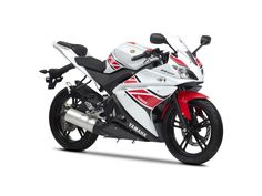 """La moto Yamaha YZF R 125 est le premier pas vers la gamme """"R"""" de Yamaha. Cette moto sportive arborant un style tranché saura combler vos envies de vitesse avec son moteur monocylindrique quatre temps et quatre soupapes. Cette moto s'adapte parfaitement aux virées en campagne, à la course et à la randonnée."""