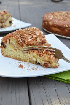 Crazy fluffy cinnamon coffee cake with a layer of apples in the middle!! Sounds like the perfect fall treat!!