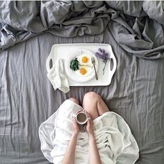 Sundays are for breakfast in bed. Photo by /kessara/ #onthetable