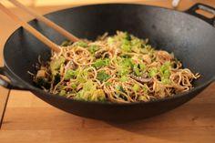 wok de nouilles sautées aux légumes - vegetable and noodle stir fry