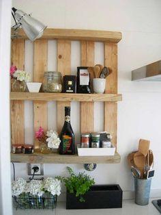 meuble en palettes dans la cuisine: étagère ouverte pratique