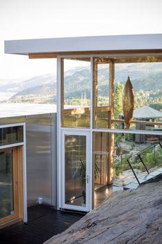 Le studio canadien F2A Architecture vient d'achever la galerie Malinka – projet visant à concevoir l'extension d'une maison privée, située sur un terrain escarpé et rocheux, conçue par le fondateur du studio il y a des années. La maison est située à Naramata, une communauté de la vallée de l'Okanagan, dans le sud de la Colombie-Britannique. La région est l'une des plus grandes régions viticoles du Canada. Construit en 2003, le logement principal a été conçu par Florian Maurer, fondateur… Forest House, Tree Forest, Suburban House, Architecture Images, Maine House, Architect Design, Lake View, Art Gallery, Houses