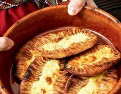 Klassiset karjalanpiirakat valmistusaika 1,5 tuntia Keitä puuro. Kuumenna vesi kiehuvaksi. Lisää suola ja riisi tai ohrasuurimot ja keitä kunnes vesi on imeytynyt. Lisää nokare voita jamaitoa vähitellen hyvin sekoitellen, keittoaika on noin 30 minuuttia. Mausta suolalla. Sekoita vedestä, suolasta ja jauhoista napakka taikina. Leivo taikina pötköksi ja leikkaa paloiksi. Suojaa palat muovilla. Muovaa palat pyöreiksi …
