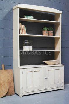Boekenkast 10130 - Unieke oude houten boekenkast met een zachte perzik kleur. Het meubel heeft achter de deurtjes een open ruimte.