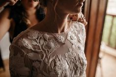 flower power . . . . . Beautiful bride Francesca just few minutes before walking down the aisle #bridaldress #details #bride #weddingideas #lifestoriesbyyannaudic