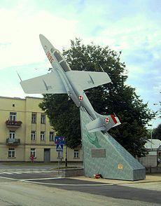 TS -11 Iskra przy dawnym głównym wejściu do Jednostki Wojskowej TSWL Zamość....samolot Lim-2 087, który do 1995 roku stał w Zamościu przy wejściu do TSWL-sprzedany prywatnemu kolekcjonerowi i zastąpiony szkolną Iskrą.