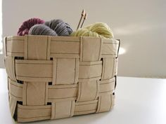 Recycled Paper Basket - tutorial - uses brown packing paper*, sewing machine, glue or hot glue, & paper clips. DIY (*other kinds of paper could be used) Brown Packing Paper, Do It Yourself Inspiration, Diy Accessoires, Sewing Baskets, Idee Diy, Paper Basket, Crafty Craft, Crafting, Sewing Patterns Free