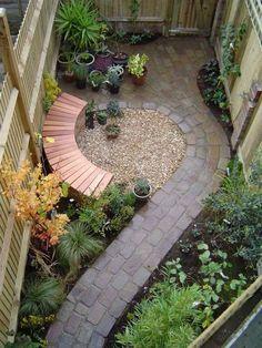 geschwungene Formen im kleinen Garten - Sitzbank und gehweg