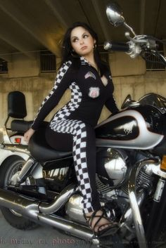 Harley Davidson México motorcycle HD de Harley Davidson, y otras mas! ❤️ Women Riding Motorcycles ❤️ Girls on Bikes ❤️ Biker Babes ❤️ ma Riders ❤️ Mans who ride rock ❤️TinkerTailorCo ❤️ Women Riding Motorcycles, Female Motorcycle Riders, Harley Davidson, Upcoming Cars, Biker Girl, Car Girls, Classy And Fabulous, Pretty People, Lady