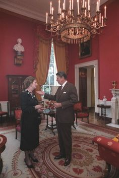President Ronald Reagan talking with British Prime Minister Margaret Thatcher in the White House Red Room. 40th President, President Ronald Reagan, American Presidents, American History, Governor Of California, Nancy Reagan, Republican Presidents, Margaret Thatcher, Red Rooms