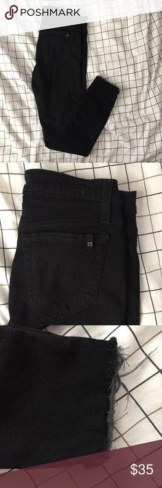 JOE'S Size 26 Black Skinny Distressed Hems Jeans JOE'S Size 26 Black Skinny Distressed Hems Jeans   Size: 26  Distressed Hems/heels  Materials: 70% Cotton 7% Polyester 11% Tencel 2% Lycra  Measurements: Waist: 14in Hips: 16in Rise: 9in Inseam:27in Length: 37in Joe's Jeans Jeans Skinny