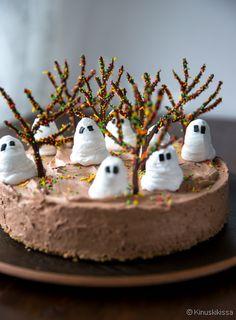 Tämä suklainen kestosuosikki sai syksyisen Halloween-koristelun suklaapuista ja pursotetuista haamuista. Kakku on gluteeniton ja vegaaninen.