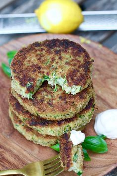 Courgette burgers met Parmezaanse kaas - Beaufood - Apocalypse Now And Then Healthy Snacks, Healthy Recipes, Veggie Recipes, Homemade Veggie Burgers, Vegetarian Recepies, Vegetarian Cheese, Food Porn, Tasty Dishes, Food Inspiration