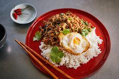 Phat kaphrao, a legtutibb thai kaja recept Wok, Chili, Menu, Rice, Ethnic Recipes, Kitchen, Street, Menu Board Design, Cooking