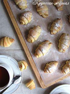 Может быть не оригинальные, но такие вкусные, рогалики с вишнёвым повидлом – прекрасное дополнение к утреннему кофе или вечернему чаепитию. Творожное тесто по этому рецепту получится мягким, воздушным и очень нежным, а вишнёвое повидло придаст лёгкую кислинку, благодаря чему рогалики не будут приторно сладкими. Творожные рогалики - подробный пошаговый рецепт с фото.