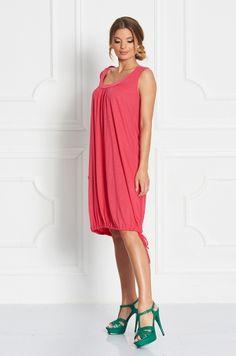 Letné šaty na hrubšie ramienka, s okrúhlym výstrihom v prednej časti, spodná časť s možnosťou stiahnutia na šnúrku. Vhodné ako samostatný kúsok či k legínam.