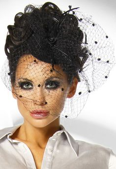 fascinator   ... Verführerischer Burlesque Mini-Hut Fascinator mit Schleier in schwarz