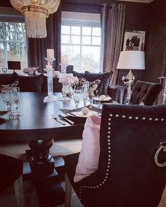 Ha en god torsdag kjære følgere Inntil våren kommer for fullt må vi passe på å kose oss inne  #classicliving #newyork3spisebord #princessspisestuestol #fioripute #Brussellampe #pearllampe #speilramme #inspohome #passion_4_home_decor #passion4home #interørinspirasjon #interiør #interior2you #interior #spisestue #spisestuestoler #spisebord #diningchair #diningtable #diningchair #interiorandhome #interior4all #livingroomdetails #livingroom #charminghomes