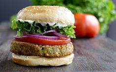 Vegan falafel burger---It uses UNcooked DRY chickpeas and says NOT to use canned ones. Tempeh Burger, Falafel Burgers, Chickpea Burger, Lentil Burgers, Vegan Burgers, Chickpea Recipes, Vegetarian Recipes, Burger Recipes, Hamburger Vegetarien