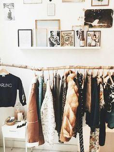 Kleiderstange und Bilderboards - schöne Einrichtungsidee fürs WG-Zimmer. #Einrichtung #WGZimmer #room