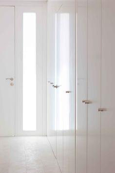 Armario empotrado blanco. Situado en el  recibidor es ideal para guardar abrigos y zapatos | Chiralt Arquitectos | Valencia