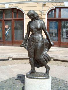 Táncosnő-Medgyessy Ferenc alkotása, Székesfehérvár, Hungary Art Sculptures, Hungary, Statues, Garden Sculpture, Landscapes, Romance, Bronze, Beautiful, Street