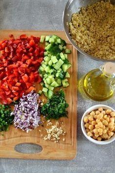 Sałatka z kaszą bulgur, ciecierzycą, papryką i ogórkiem Cobb Salad, Salad Recipes, Grains, Salads, Good Food, Lunch Box, Food And Drink, Menu, Tasty