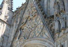 Catedral de Barcelona (detail) - Damunt els fonaments de la primitiva Basílica Paleocristiana del segle IV, i de la Catedral Romànica posterior, es construí l'actual Catedral d'estil Gòtic. Les obres s'iniciaren el 1298, durant el pontificat del bisbe Bernat Pelegrí i el regnat de Jaume II d'Aragó, el Just; i foren enllestides a mitjans del segle XV, en temps del bisbe Francesc Climent Sapera i essent rei d'Aragó Alfons V.