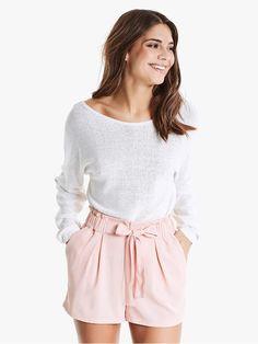 Shorts med høyt liv og knytebelte. Vevet materiale, bred strikk i midjen og lommer i siden.   Lys rosa