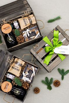 Best Corporate Gifts Ideas HOLIDAY GIFT BOXES// Custom designed brown and green holiday crates for corporate event, curated by Marigold & Grey Image: Lissa Ryan Photo Wedding Welcome Gifts, Wedding Gift Boxes, Gifts For Wedding Party, Wedding Favors, Wedding Cake, Wedding Present Ideas, Party Gifts, Wedding Blog, Wedding Ceremony