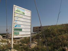 In Ajloun wird gerade ein ökologisches Gebäude für Trainings errichtet. Foto: Doris Safari, Training, Signs, Photos, Novelty Signs, Work Outs, Sign, Work Out, Education