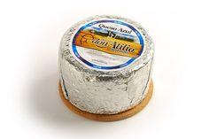 El queso azul tiene un perfume peculiar y un sabor que combina con el dulce y acaramelado de la leche de oveja y el intenso metálico del moho azulado. Argentino