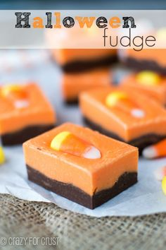 Even if you're not crazy about Halloween, hardly anyone can say no to fudge! Get your team in the orange-and-black spirit with this easy candy corn fudge. Halloween Desserts, Halloween Fudge Recipe, Postres Halloween, Halloween Treats, Halloween Foods, Halloween Chocolate, Halloween Decorations, Halloween Halloween, Halloween Makeup