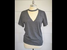 I have seen These Choker tee's everywhere, and I love how flattering they are. Such and easy no sew DIY, that you could make one. diy shirts Easy V-Neck, Choker Tee: DIY. Choker Tee, Diy Choker, Neck Choker, Shirt Refashion, T Shirt Diy, Diy Tshirt Ideas, Diy Clothes Refashion, Diy Camisa, Abaya Mode