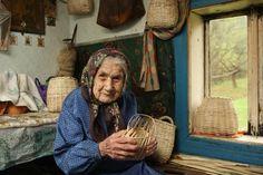 Явдоха Дзвінчук у своїх сто років виготовляє кошики з ліщини. Світлина Ігоря Табінського.