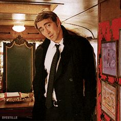 Pushing Daisies 2x02: Circus, Circus  Ned being too tall for the trailer (◡‿◡✿)