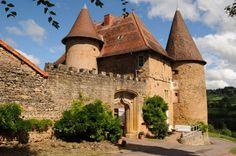 """Ein Schloss im Burgund  Urlaub in einem französischen Schloss? An maximal sieben Gäste vermietet Catherine den kompletten ersten Stock im """"Château de Barnay"""". Auch Familien fühlen sich hier wohl. zur Unterkunft"""